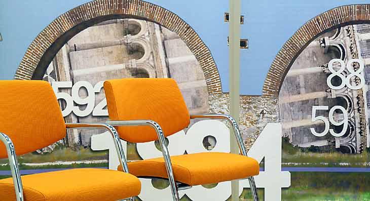 Sedie e pannello arte banca uffici Pisa